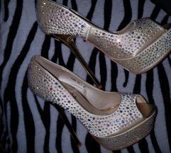 Novi bleščeči čevlji z peto