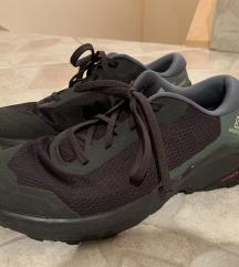 Različni čevlji, vsi kot novi