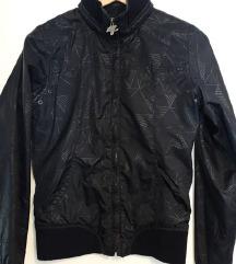 črna prehodna jakna