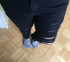 Črne raztrgane hlače
