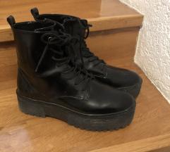 črni škornji visok podplat