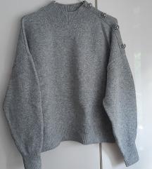 Sivi pulover z okrasnimi gumbi