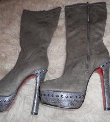 novi sivi škornji