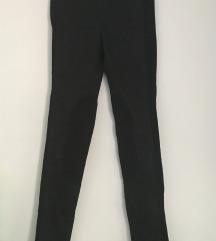 Črne oprijete hlače